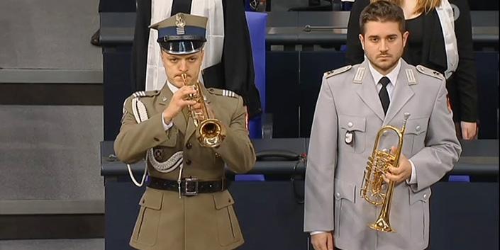 Los toques militares por los caídos de Polonia y de Alemania sonaron juntos en el Bundestag