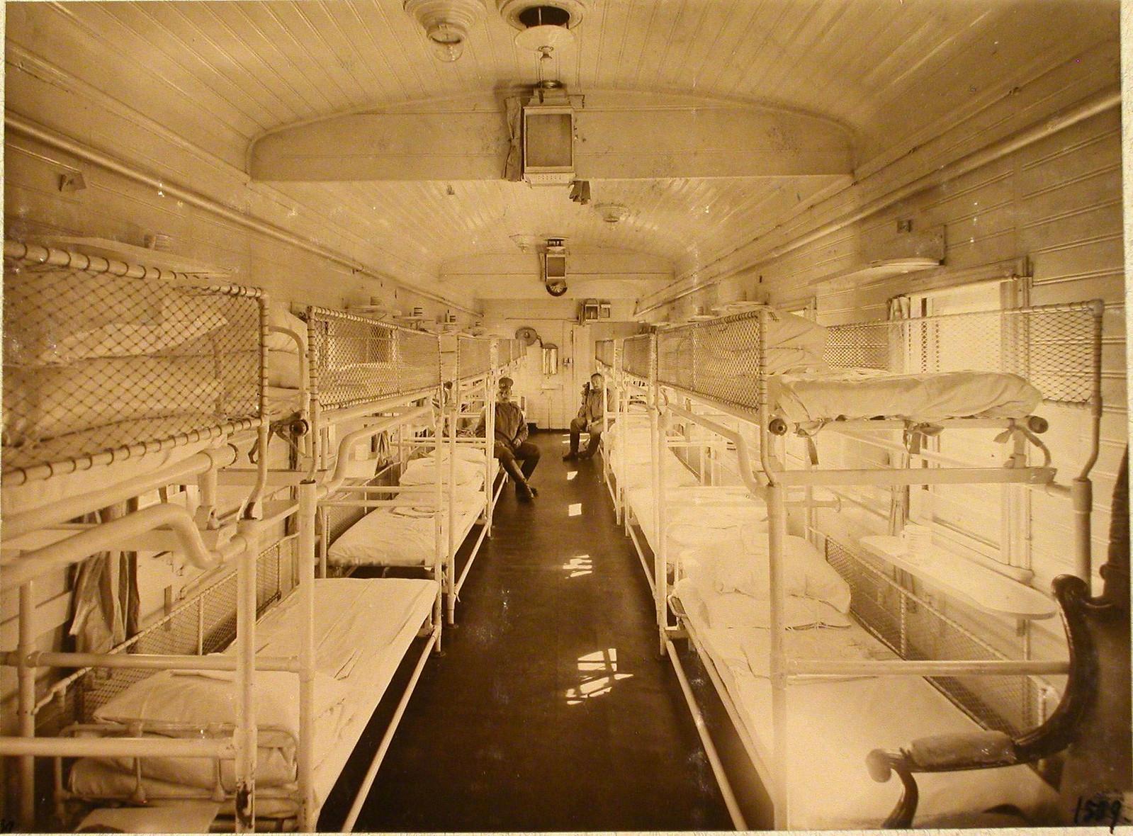 Внутренний вид вагона, оборудованного для перевозки тяжелораненых