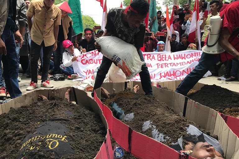 Students in Kendari stage a mock burial in early 2019 to express their opposition to the mining in Wawonii. Image by Kamaruddin for Mongabay.
