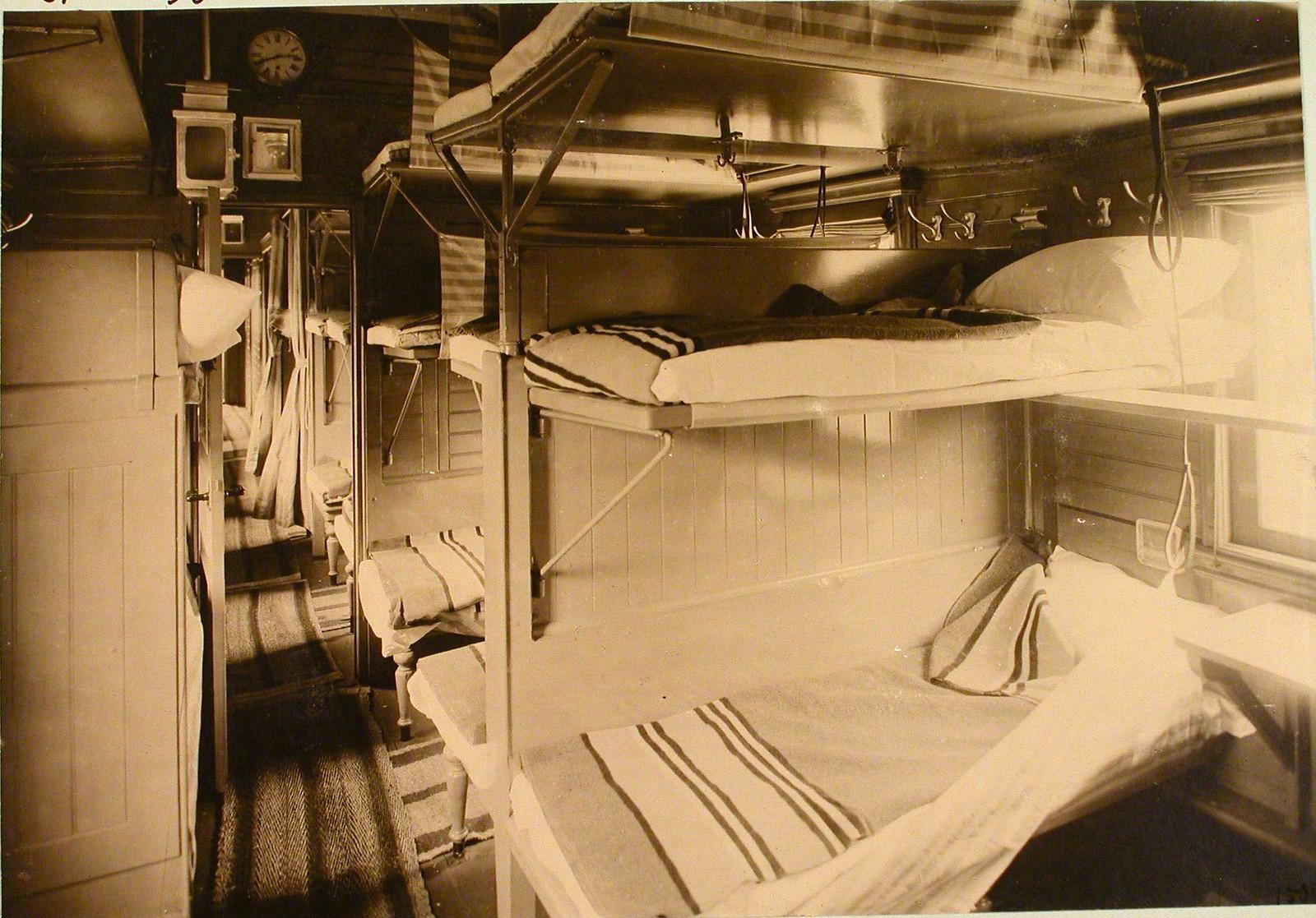 Внутренний вид вагона, оборудованного для перевозки раненых.