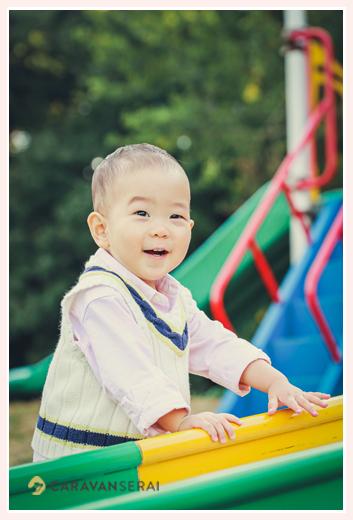 公園の遊具で遊ぶ1歳の男の子