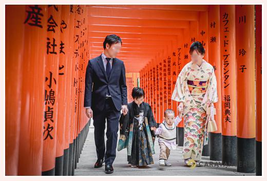 七五三 針名神社(名古屋市天白区) 赤の鳥居の下で家族写真の記念撮影 年賀状用