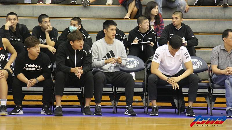 泰山高中助理教練楊台安(左2)、張立杰(左3)。(記者李沅芷/攝)