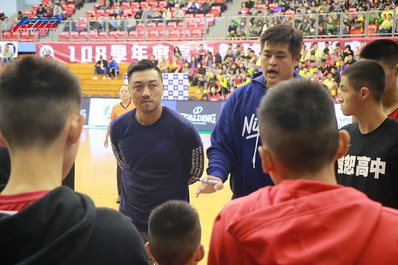 林冠綸(圖左)義務性擔任強恕高中助理教練。(記者李沅芷/攝)