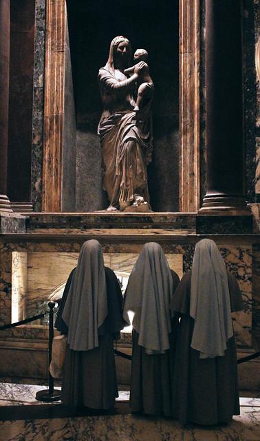 3 nuns pray