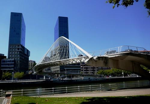 """""""Zubizuri"""", 1997, Santiago Calatrava et """"Isozaki Atea"""", 2004-2008, Arata Isozaki,  Bilbao, Biscaye, Pays Basque, Espagne."""