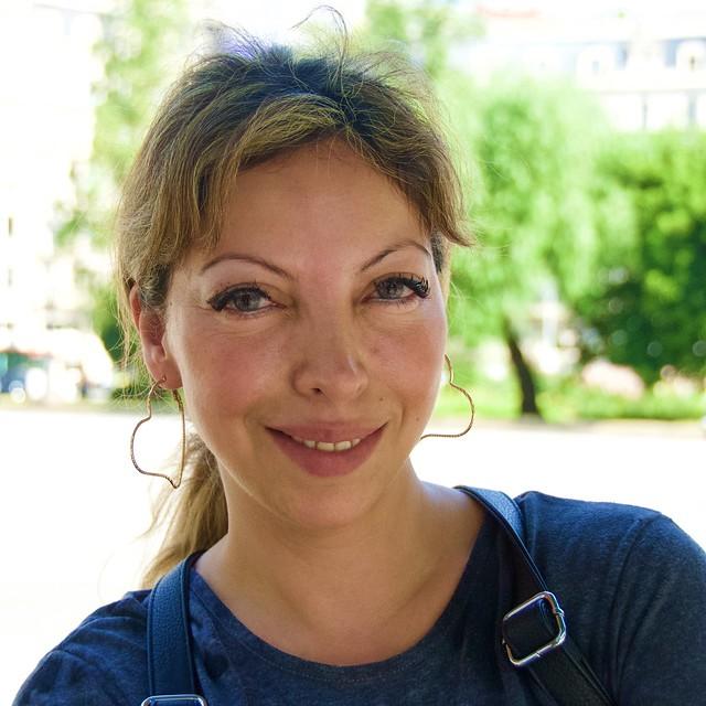 Silvana Acosta, d'Argentina, molt amable i cooperadora davant la càmara. Capturada asseguda a la plaça Francesc Macià, Barcelona.