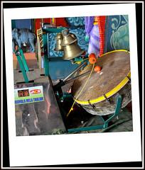 "Une astucieuse ""boite a rythme""a ficelle dans un temple Boudhiste au nord de Jaffna au Sri Lanka A clever ""beatbox"" string in a Buddhist temple north of Jaffna in Sri Lanka.."