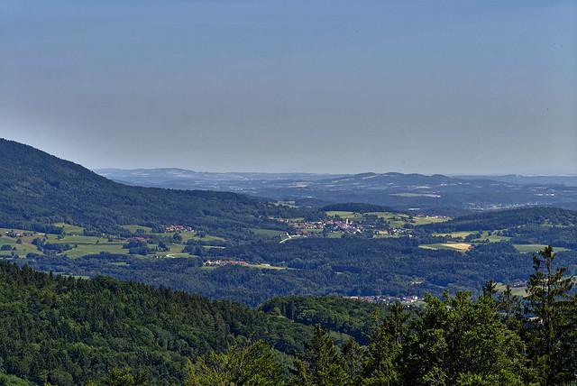 Blick auf Grattersdorf unterm Brotjacklriegel