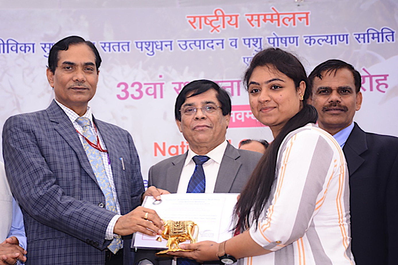 Vijayalakshmy Kennady receiving award