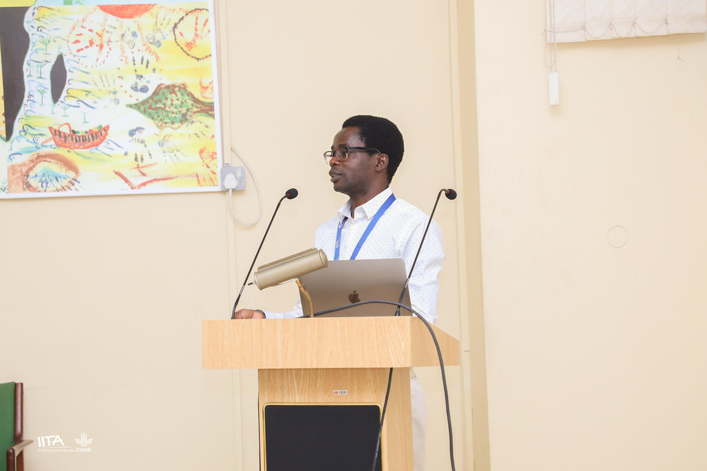Day 4: Bosun Obileye presenting on 'Data management in Big Data'
