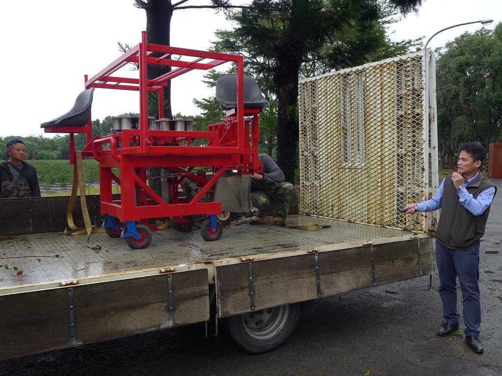 茶機課課長劉天麟說明新開發的植茶機。孫文臨攝
