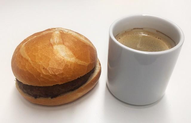 Fleischpflanzerl im Brötchen & koffeinhaltiges Heißgetränk