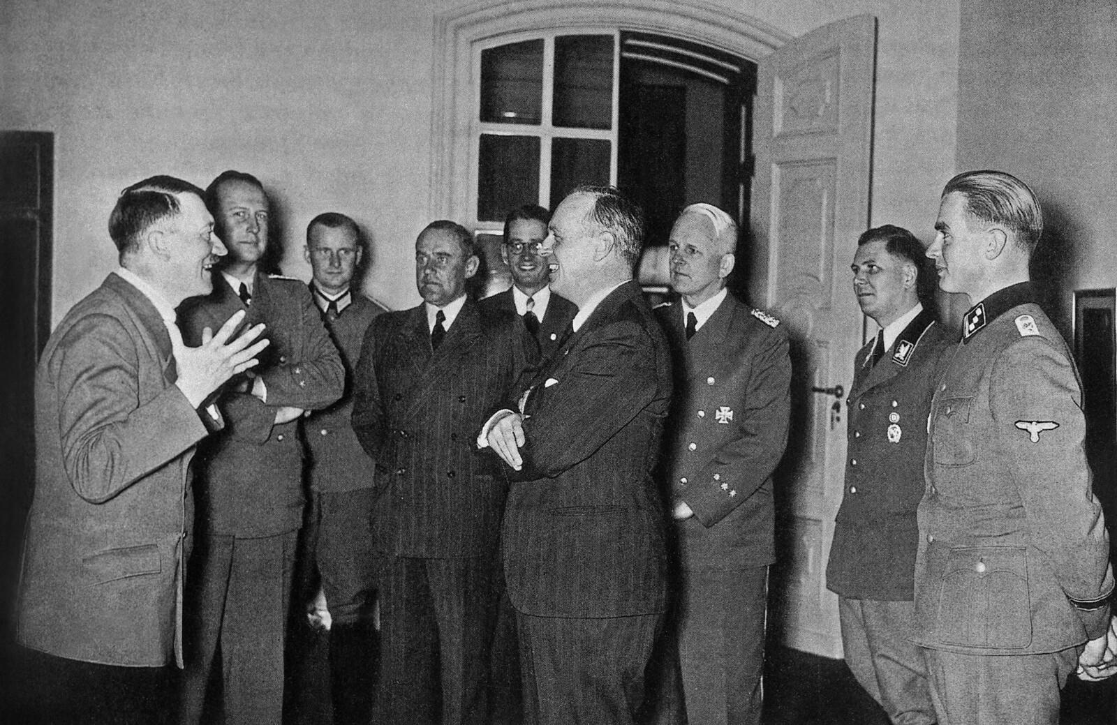 Министр иностранных дел Германии Йоахим фон Риббентроп беседует с Адольфом Гитлером в рейхсканцелярии Берлина после его возвращения из Москвы. 29 августа