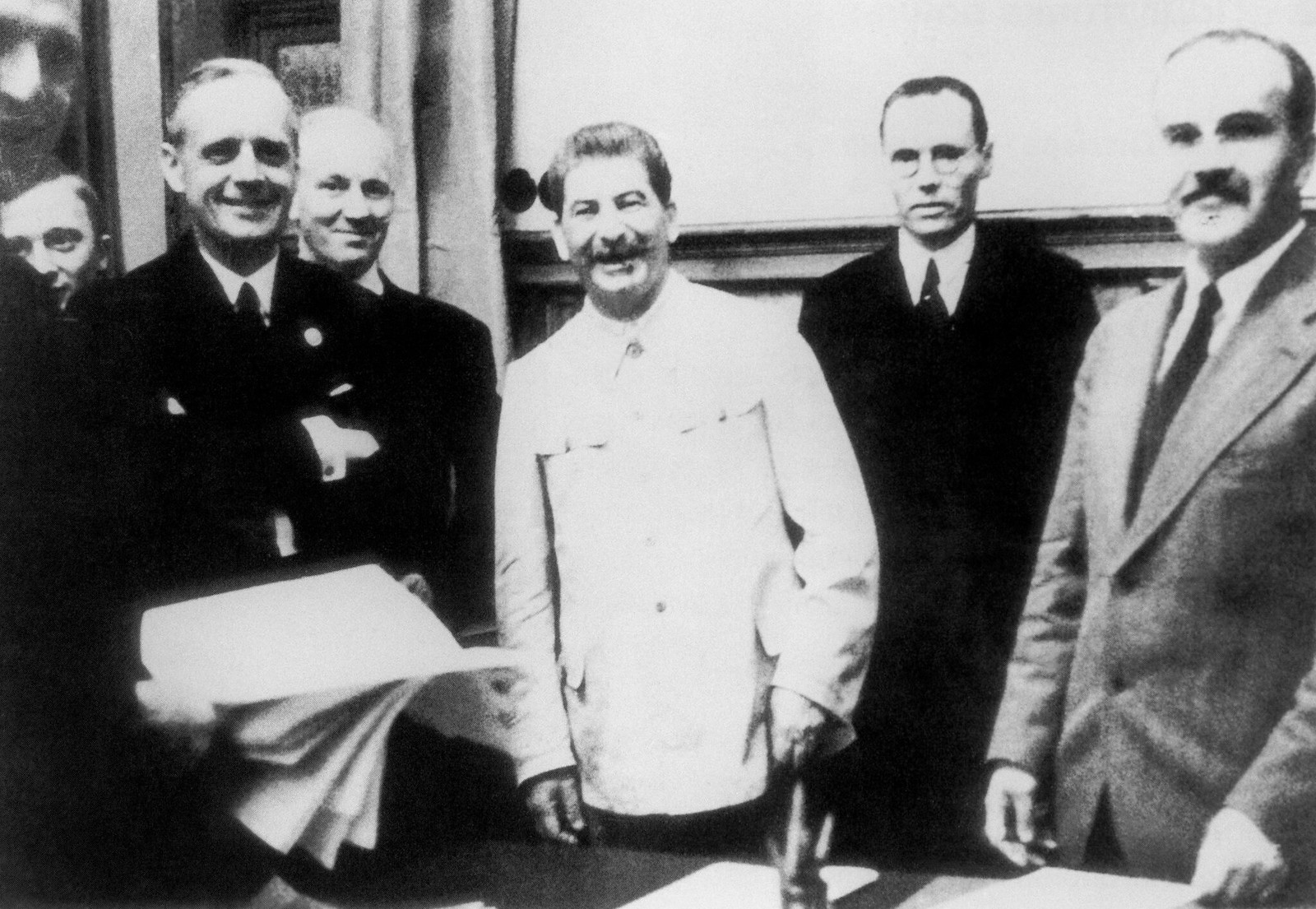 1939. Министр иностранных дел Германии Йоахим фон Риббентроп, Иосиф Сталин и советский министр иностранных дел Вячеслав Молотов фотографируются на церемонии подписания германо-советского договора о ненападении 23 августа