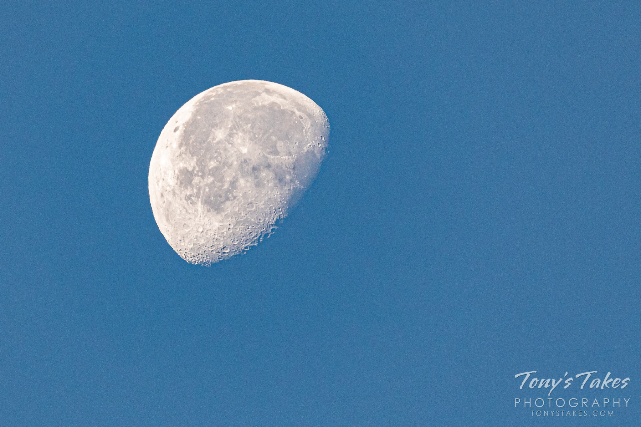 A waning gibbous moon over Colorado. (© Tony's Takes)