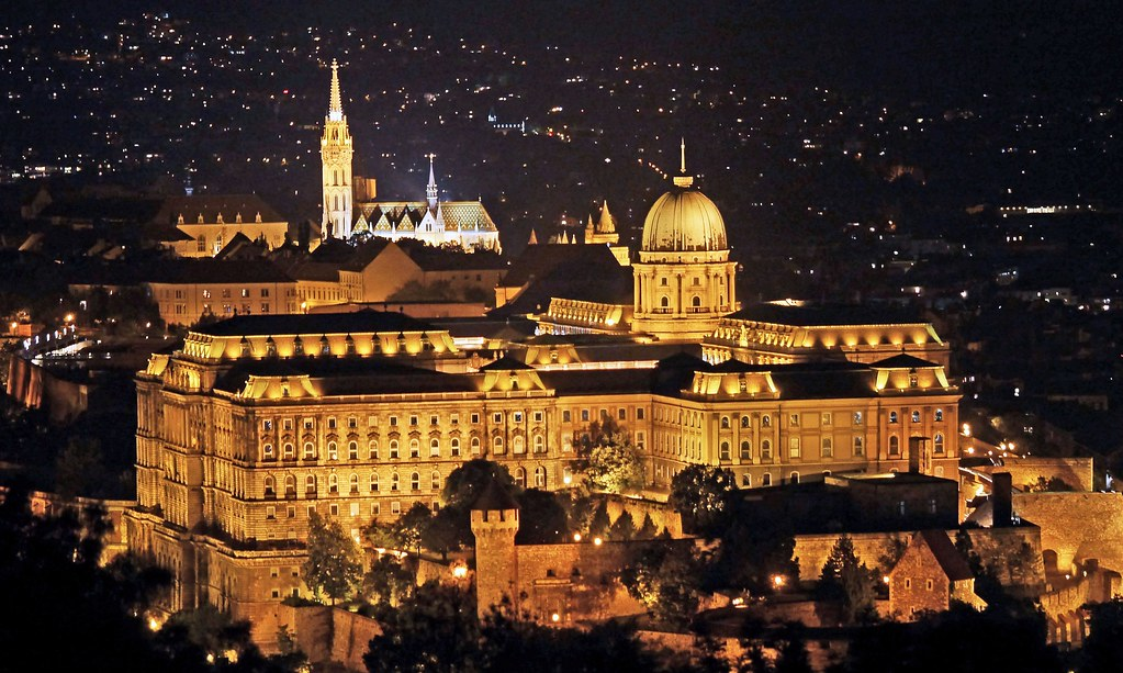 Buda_Castle_with_Matthias_Church_(Ariel,night)