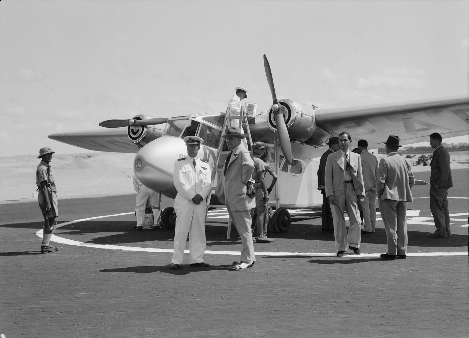 06. Самолет с группой пассажиров на переднем плане