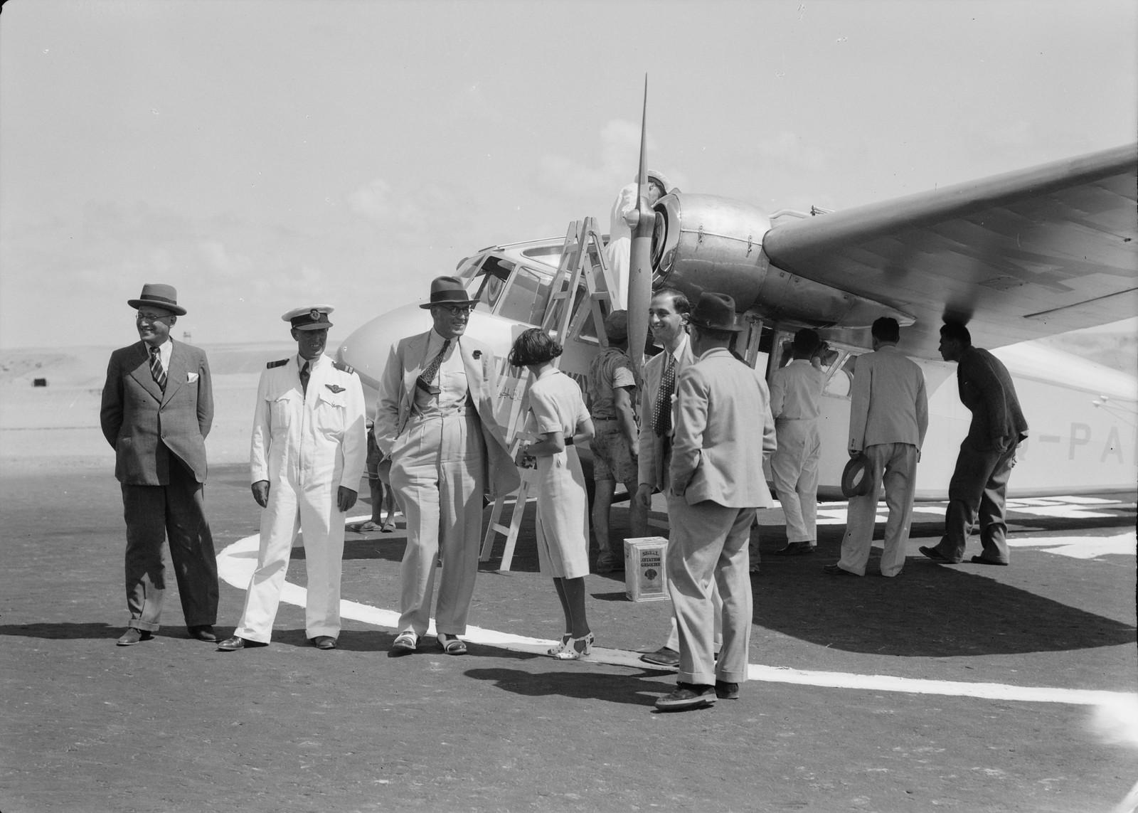 05. Самолет собирается покинуть с группой пассажиров на переднем плане