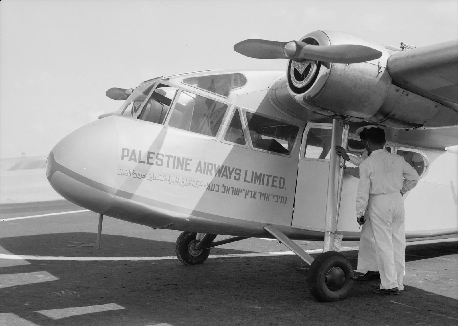 04. Надпись на самолете Palestine Airways Ltd на трех официальных языках