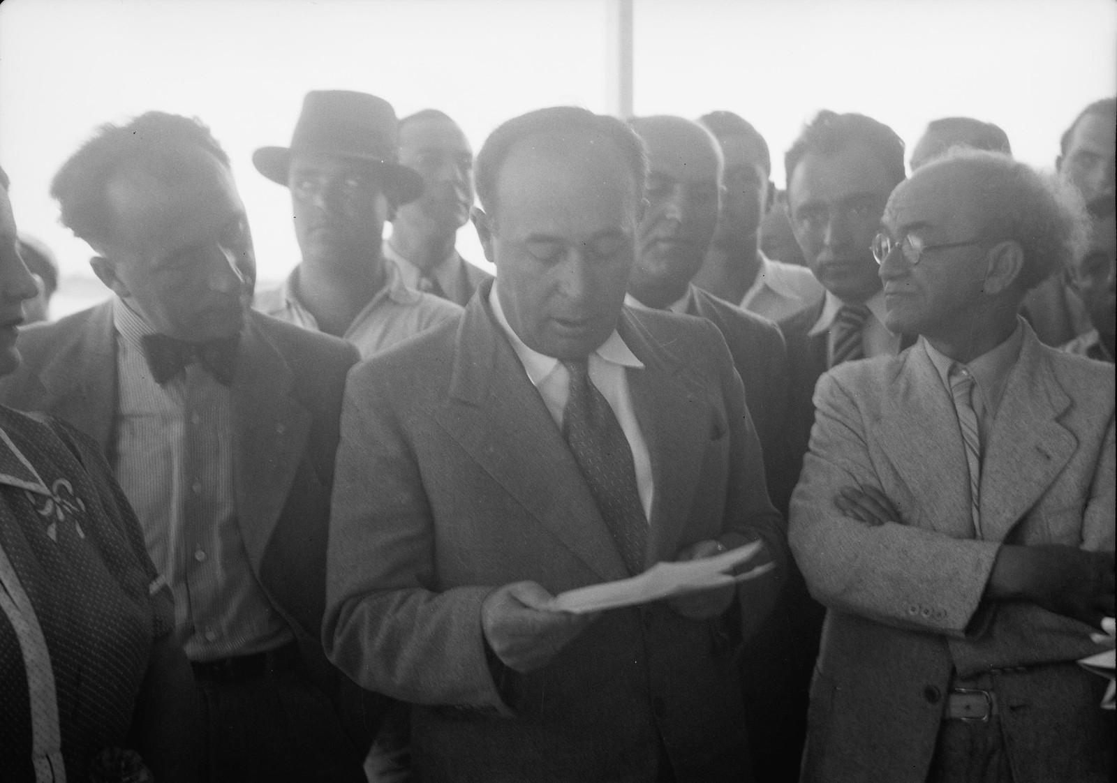 03.  Исраэль Роках, мэр Тель-Авива, произносящий вступительную речь