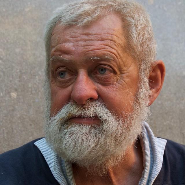 Juan assegut en un banc del carrer Comte Urgell, Barcelona.