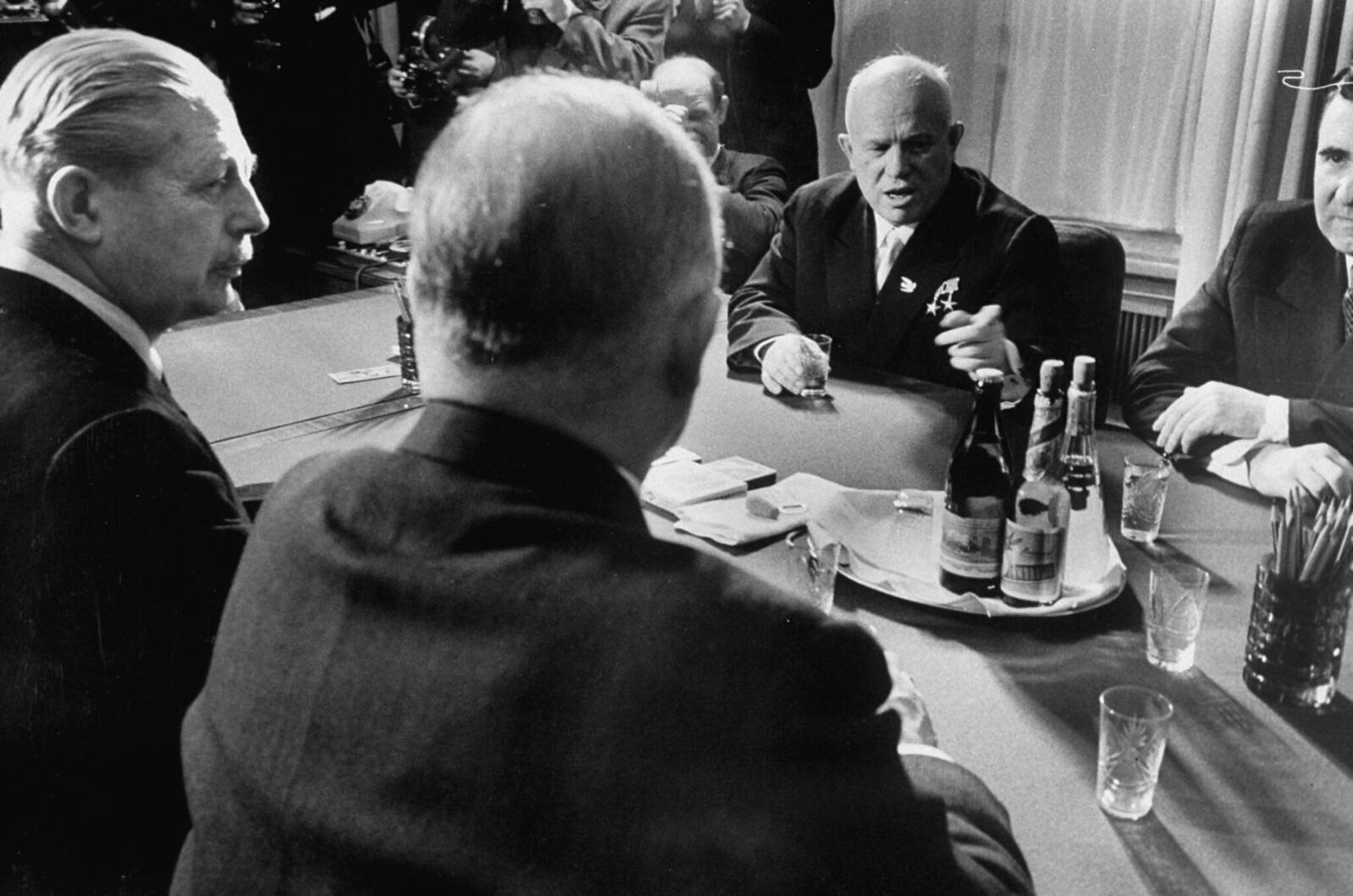 1959. Никита С. Хрущев (справа) беседует с премьер-министром Великобритании Гарольдом Мак Миллианом (слева) и министром иностранных дел Великобритании Селвином Ллойдом