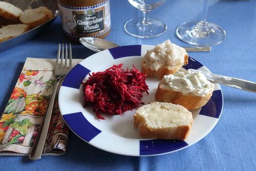 Rote Bete Salat sowie mit Butter, Lauchfrischkäse bzw. Gänzeschmalz bestrichenen Baguettescheiben
