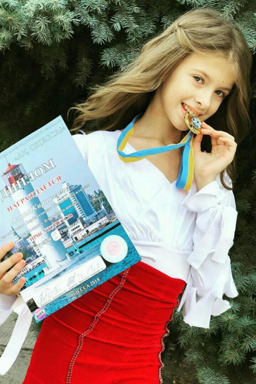 Девочка и медалька