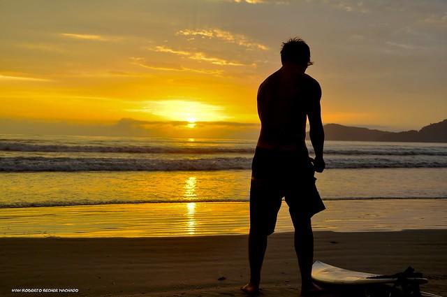 Sol nascente e Surfista