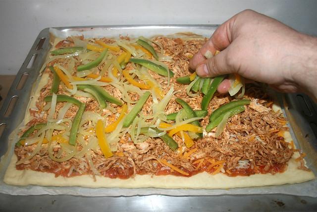 49 - Zwiebeln & Paprika verteilen / Spread onion & bell pepper