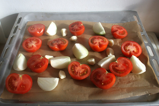 16 - Tomaten, Zwiebeln & Knoblauch auf Backblech geben / Spread tomatoes, onions & garlic on baking tray
