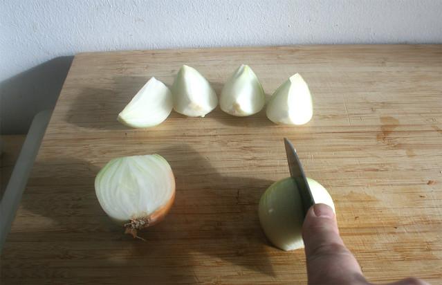 14 - Zwiebeln vierteln / Quarter onions