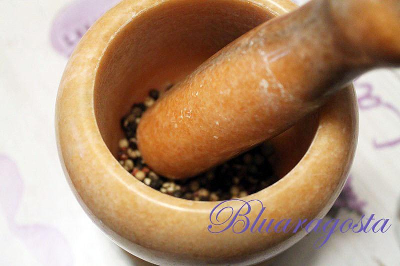 01-schiacciamo il pepe nel mortaio