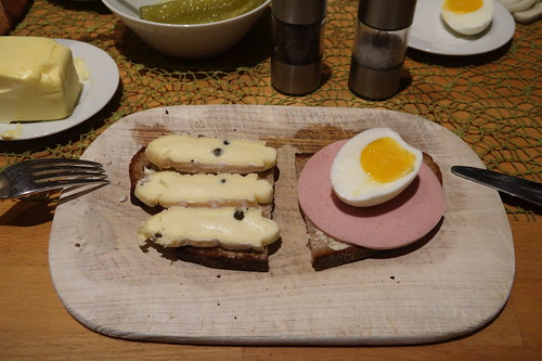 Pfefferärschle und Bio-Fleischwurst mit Ei auf Traditonskruste-Brot