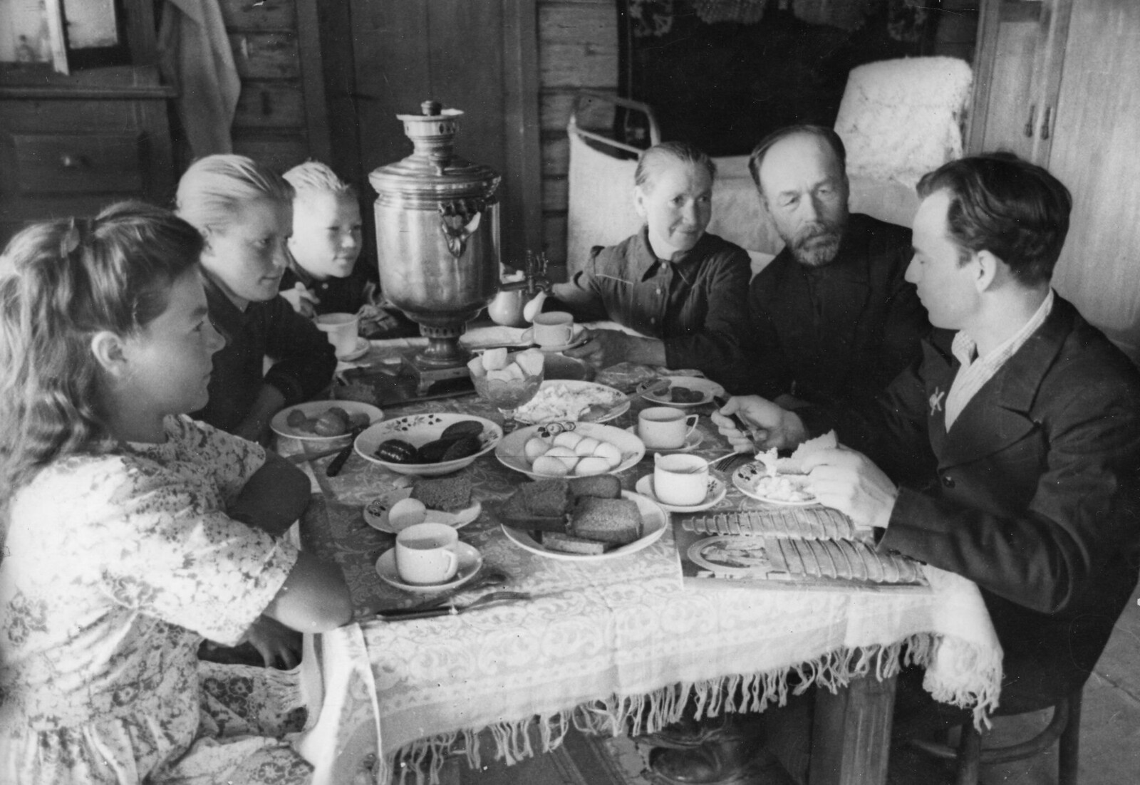 1948. Семья за завтраком в колхозе «Победа», август
