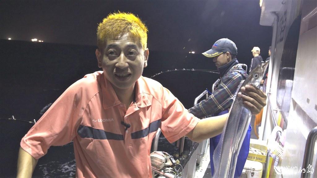 無限號船長郭金富載著漁工及釣客出發去釣白帶魚。