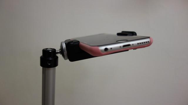 手機夾上去的樣子,手機底座橫直都有螺絲孔,可以轉手機角度沒問題@手機俯拍架