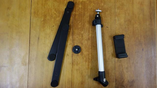零件,左起為底座、銜接用的螺絲、伸縮桿(這個鋁管好像叫腳管?)、手機夾(雲台)@手機俯拍架