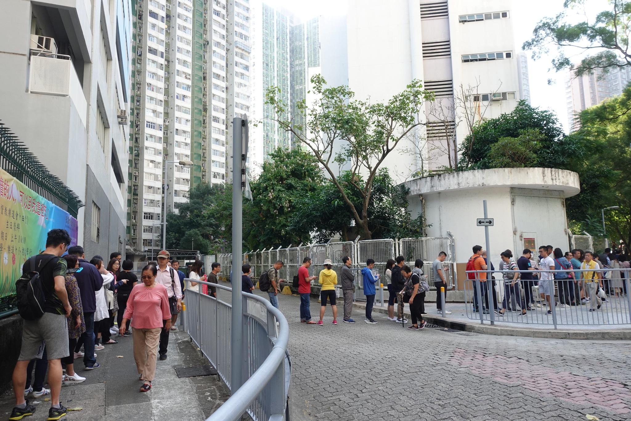 區議會選舉當天民眾大排長龍等待投票。(攝影:張智琦)