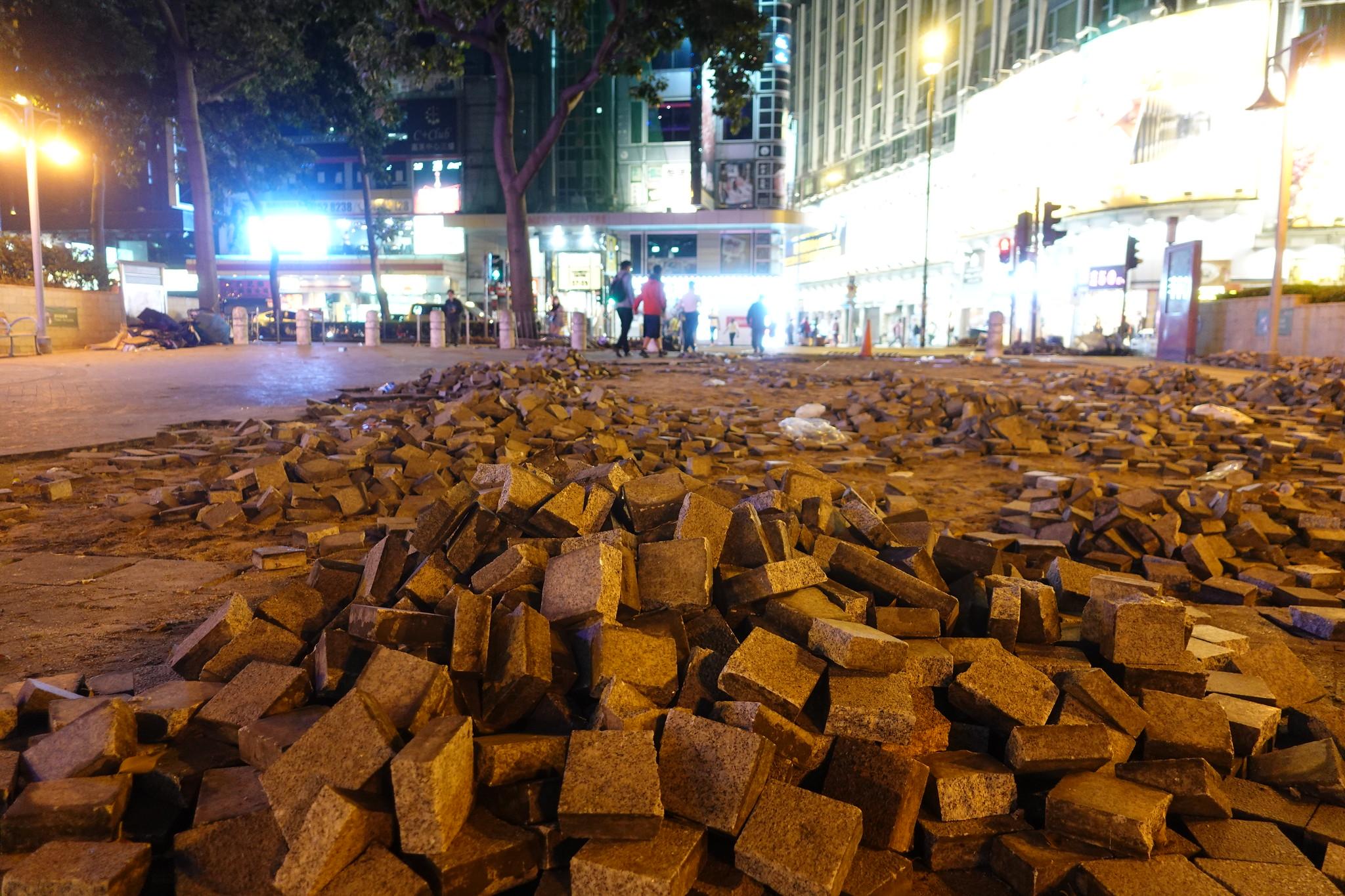 示威者撬起的磚頭。(攝影:張智琦)