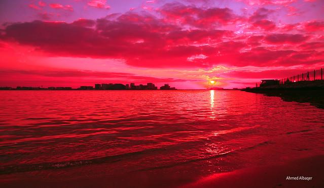 A Cloudy red sky ... Baharin .. أجواء حمراء غائمة مع اول الشروق
