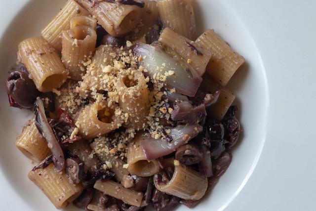 Mezzi rigatoni radicchio olive piccanti nocciole tritate