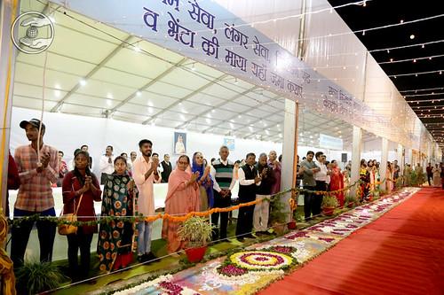 Devotees waiting for Satguru's Darshan