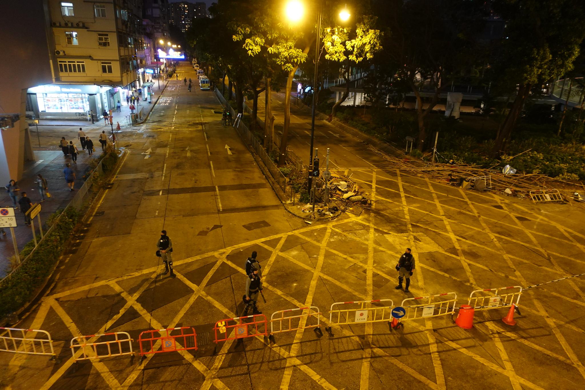 靠近理大的漆咸道南被警方封鎖。(攝影:張智琦)