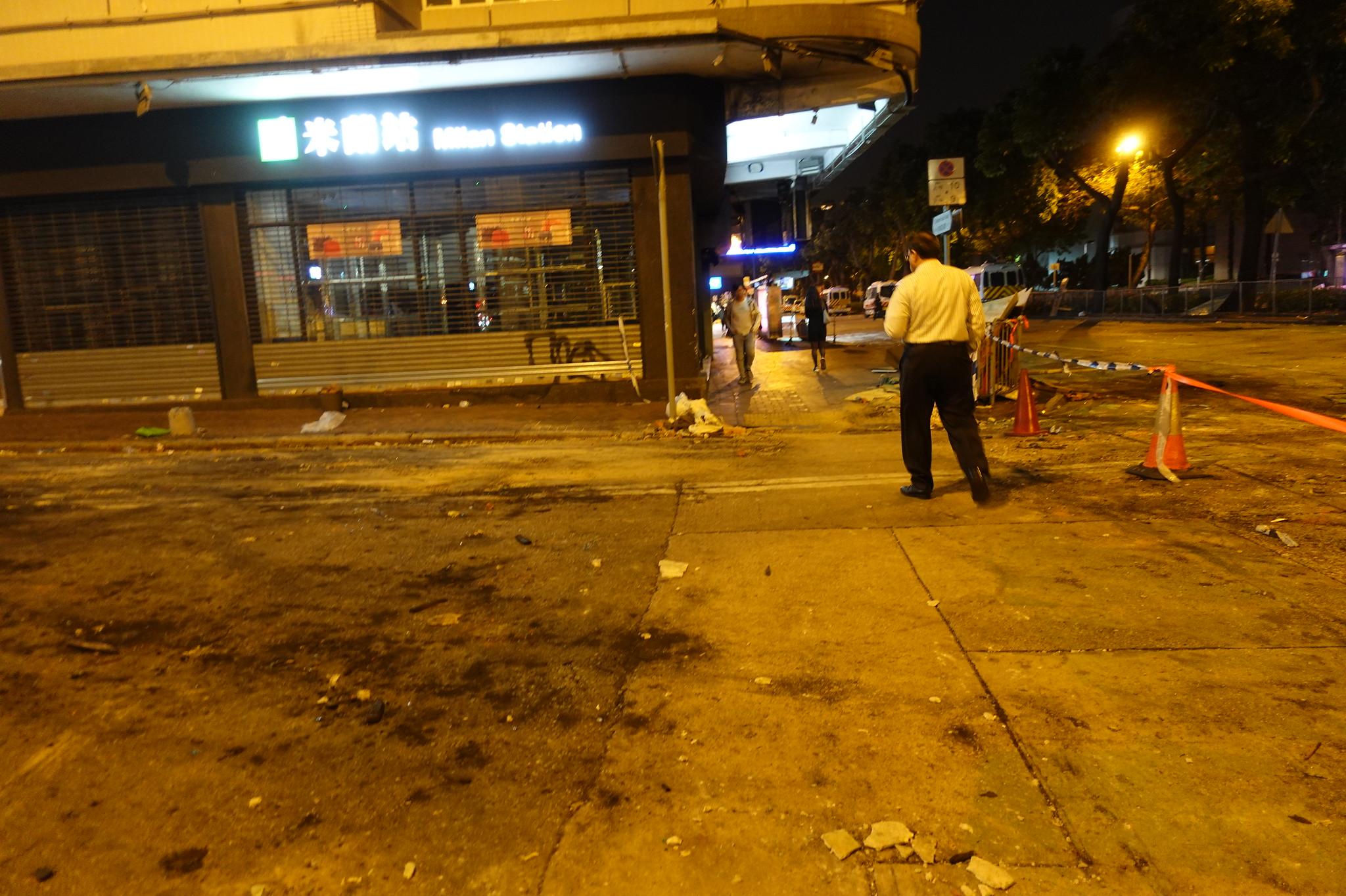 理大一帶道路留下示威者和警方激戰的火燒痕跡。(攝影:張智琦)