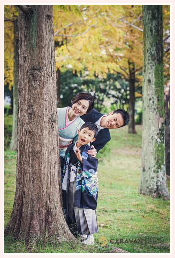七五三のロケーション撮影 紅葉する木の下で家族写真