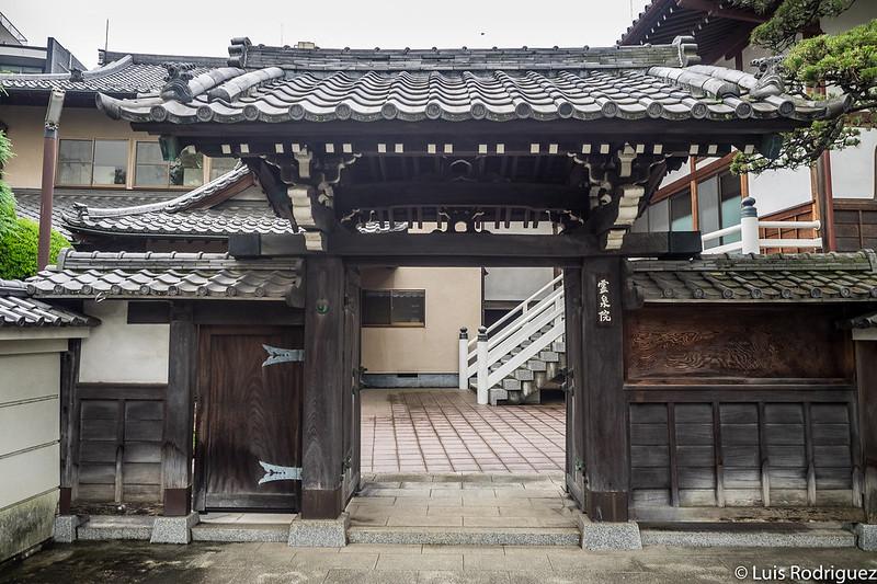 Entrada al salón del templo Reisen-in