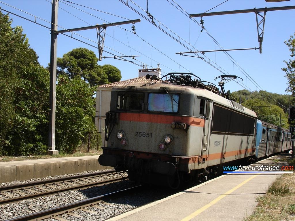 La locomotive BB 25651 SNCF PACA marquant l'arrêt en gare de Saint-Chamas le 2 août 2006