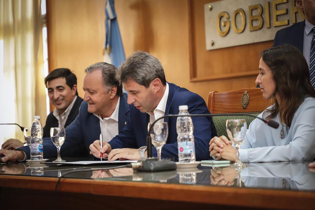 2019-11-25 PRENSA: Firma de Convenio para la Renovación de los Equipos Sociales Descentralizados  y Entrega de Certificados Diplomatura de Gerontología y Cuidadores Domiciliario
